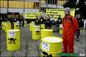 barris de lixo industrial tóxico.